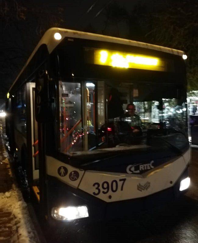 Чудовищный случай в троллейбусе: человеку на инвалидной коляске отказали опускать пандус и оставили на остановке