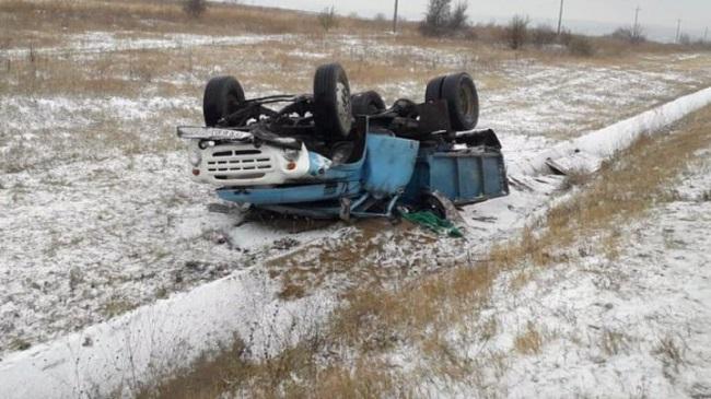 Грузовик ЗИЛ вылетел с трассы и перевернулся на крышу: водитель получил серьёзные травмы (ФОТО)