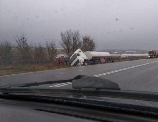 Автоцистерна угодила в кювет в Оргеевском районе: к месту ДТП прибыли спасатели
