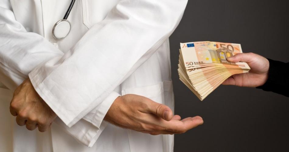 Обогатился на 200 тысяч: узист в поликлинике Кантемира принимал пациентов без записи, а деньги забирал себе (ФОТО)