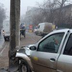 Таксист въехал в столб на Чеканах: пассажирка госпитализирована (ФОТО)