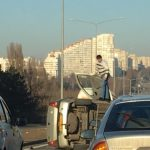 При въезде в Кишинёв произошло ДТП: перевернулась легковушка (ФОТО)