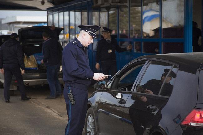 Троих молдаван с поддельными водительскими удостоверениями задержали на границе