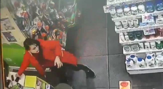 В столичном ТЦ неформалка нагло украла телефон сотрудницы детского магазина и попала на камеру (ВИДЕО)