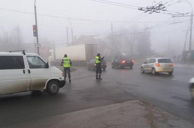 Внимание, водители! Движение усложнено из-за тумана и скользкой дороги