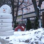 Резина вместо снега: у столичной автомойки появился снеговик из шин (ВИДЕО)
