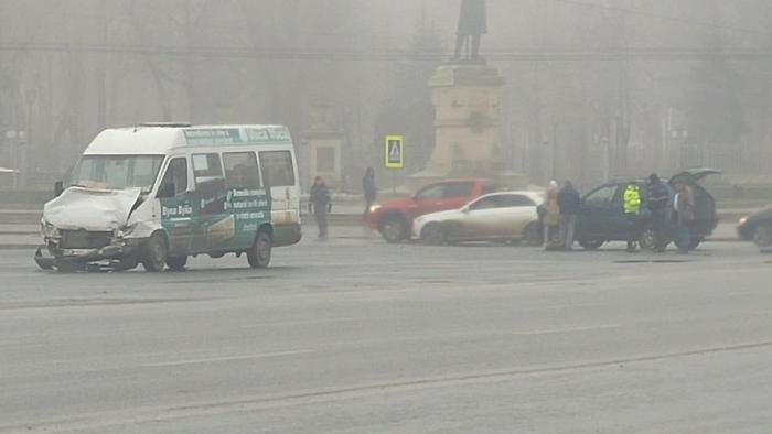 ДТП перед памятником Штефану Великому: пассажирский микроавтобус столкнулся с BMW