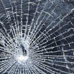 В Гагаузии вылетевшая из авто доска разбила стекло соседней машины и едва не лишила водителя глаза