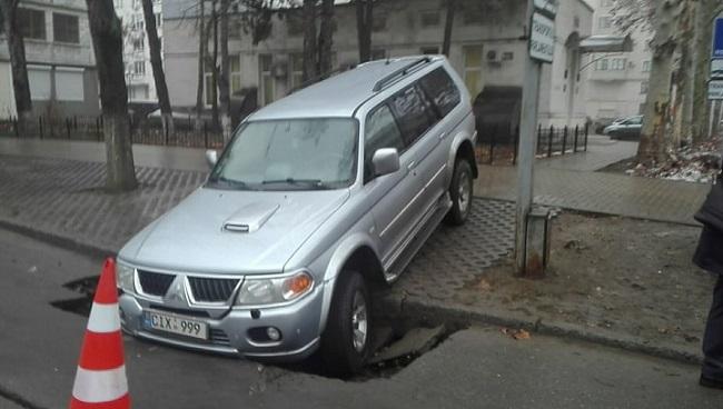 Недоброе утро: в столице под автомобилем провалился асфальт (ФОТО, ВИДЕО)