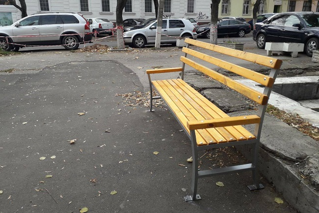 Более полутысячи скамеек появились на улицах столицы благодаря усилиям социалистов