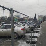 Ёлка, гирлянды и… машины: ПВНС вновь превратилась в огромную парковку (ФОТО)