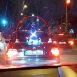 Ёлка на капоте: столичный водитель необычным образом создал себе и прохожим новогоднее настроение