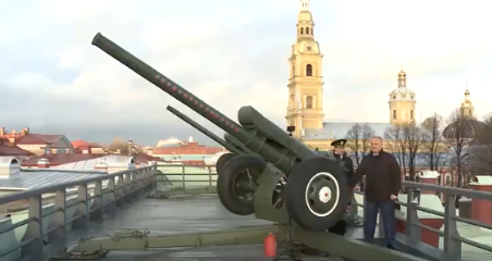 Президент произвел традиционный полуденный выстрел с бастиона Петропавловской крепости (ВИДЕО)