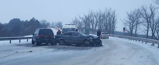 ДТП под Бельцами: на скользкой дороге столкнулись два автомобиля
