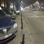 Антипарковочные столбики не помеха: автохамы продолжают оставлять машины на тротуарах