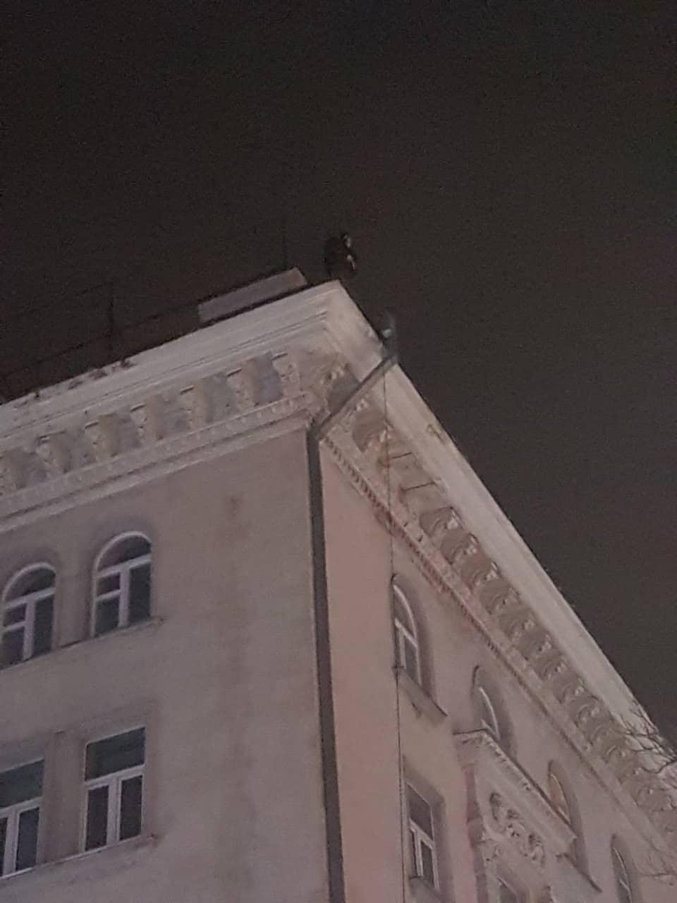 В Кишиневе молодой человек 19 раз пытался сброситься со здания (ФОТО)