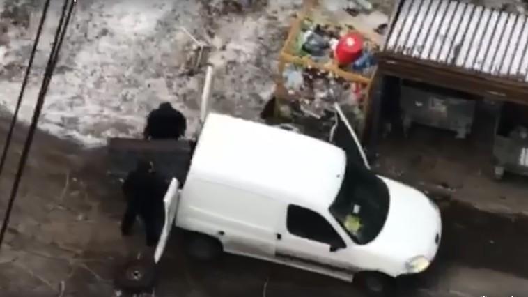 Бывает и такое: в Кишинёве двое украли будку для бездомных собак (ВИДЕО)