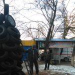 Праздничное настроение в столице: креативщики станции вулканизации смастерили ёлку из покрышек (ФОТО)