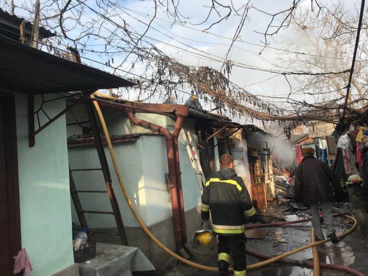 Пожар в центре столицы: спасатели вынесли из дома газовый баллон, который едва не взорвался (ВИДЕО)