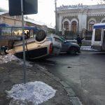 Серьезное ДТП в столице: машина перевернулась на крышу (ФОТО)