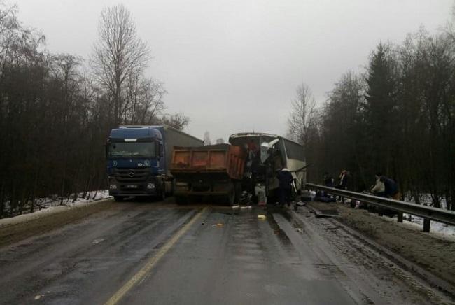 Автобус с гражданами Молдовы столкнулся с «КамАЗом» в Псковской области: есть пострадавшие (ФОТО, ВИДЕО)