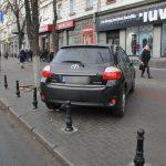 В тисках столбиков: автомобиль оказался заблокированным на тротуаре после установки антипарковочных барьеров в центре Кишинёва (ФОТО)