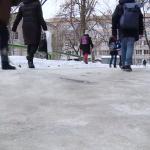 Столица превратилась в сплошной каток: горожане жалуются на неочищенные от льда улицы (ВИДЕО)