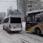 Непреодолимое препятствие: как автобус и маршрутка скользили на столичном подъёме (ВИДЕО)