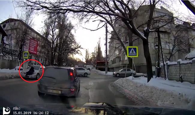 В столице автомобиль сбил перебегавшую дорогу девочку (ВИДЕО)