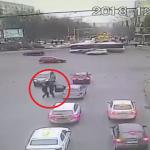 Наказан за справедливость: переходивший дорогу мужчина сделал замечание водителю, за что был избит (ВИДЕО)