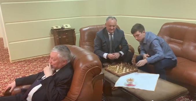 Карпов показал в Молдове класс, сыграв вслепую (ВИДЕО)