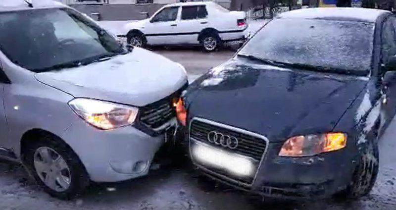 Сразу 3 аварии произошли сегодня утром в Бельцах по причине плохой погоды (ФОТО)