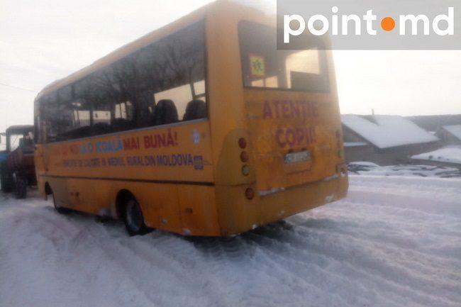 В Криулянах в снегу застрял школьный автобус: ученики 2 часа мёрзли на улице