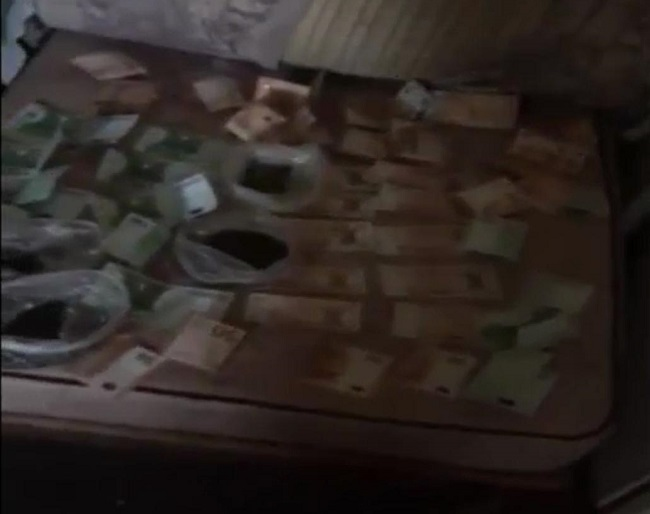 Полицейские купили наркотики и затем задержали драгдилера на Буюканах (ВИДЕО)