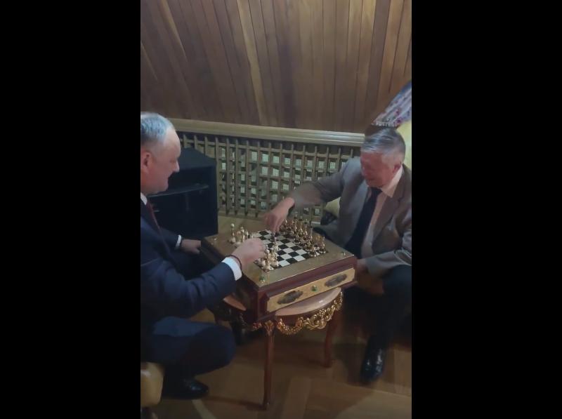 Додон сыграл блиц-партию с Карповым на доске, подаренной Путиным (ФОТО, ВИДЕО)
