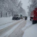 Спасатели пришли на помощь застрявшим в снегу водителям (ВИДЕО)