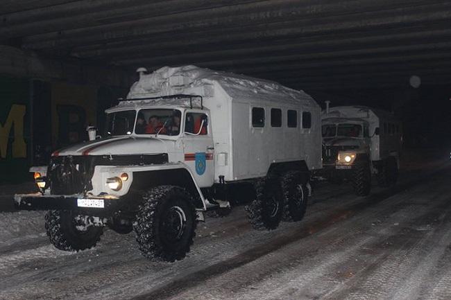 За последние сутки спасатели вызволили из снежного плена 37 автомобилей (ВИДЕО)