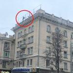Чтобы разрешить конфликт с возлюбленной, прославленный лже-суицидник вновь забрался на крышу здания (ВИДЕО)