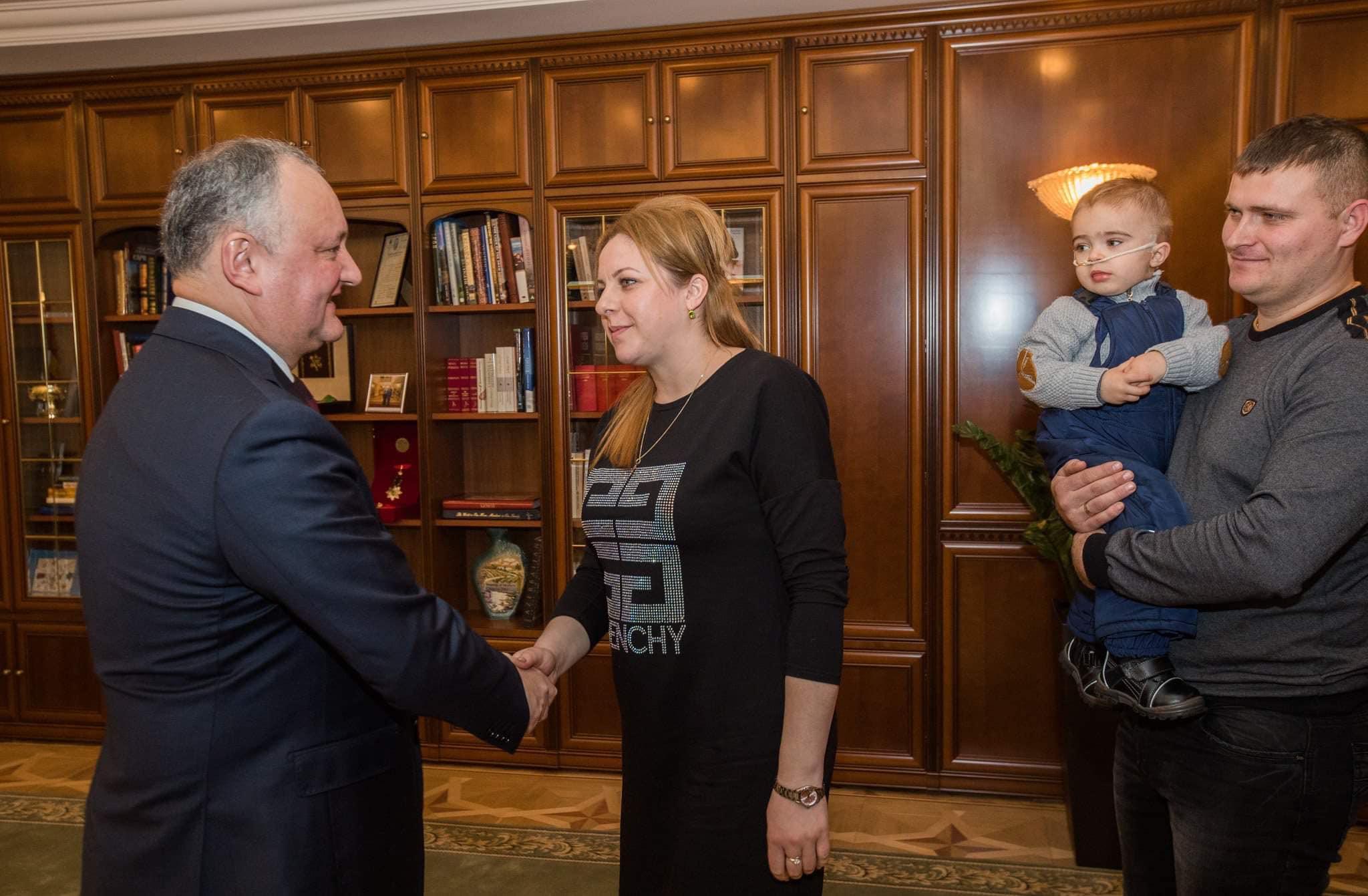 Семья президента поможет с операцией и реабилитацией двухлетнему малышу, проглотившему батарейку