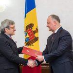 Додон вручил Почетный диплом немецкому врачу, вернувшему слух молдавским детям (ФОТО)