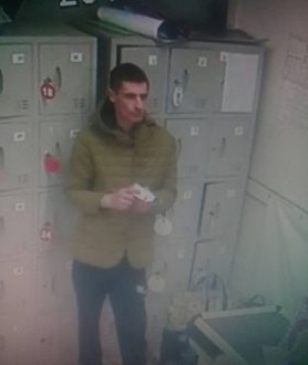 В столичном магазине мужчина украл из-под носа охранника рюкзак покупателя и попал на камеру видеонаблюдения (ВИДЕО)