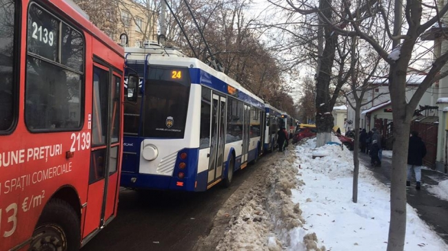 Транспортный коллапс в Кишинёве: троллейбусы не могут проехать из-за припаркованных на дороге машин (ФОТО)