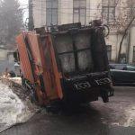 Экстремальные дороги Кишинёва: с ямами не справляются даже спецмашины (ФОТО)