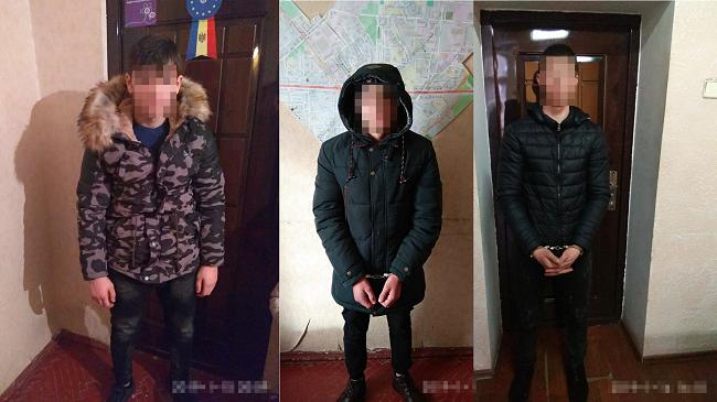 В Кишинёве поймали трёх юношей, напавших и ограбивших прохожего (ВИДЕО)