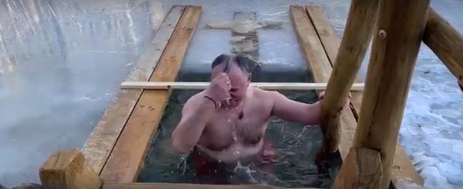 Додон окунулся в прорубь на Крещение (ВИДЕО)