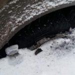 Сюрприз под снегом: на Ботанике микроавтобус угодил колесом в яму и застрял (ФОТО)