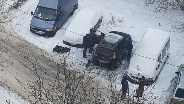 На парковке в столице полностью сгорела машина