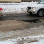 Снова провал: в центре столицы на дороге образовалась новая яма (ФОТО)