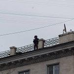 Очередная попытка самоубийства в столице: молодой человек угрожает сброситься со здания в 20-й раз (ВИДЕО)