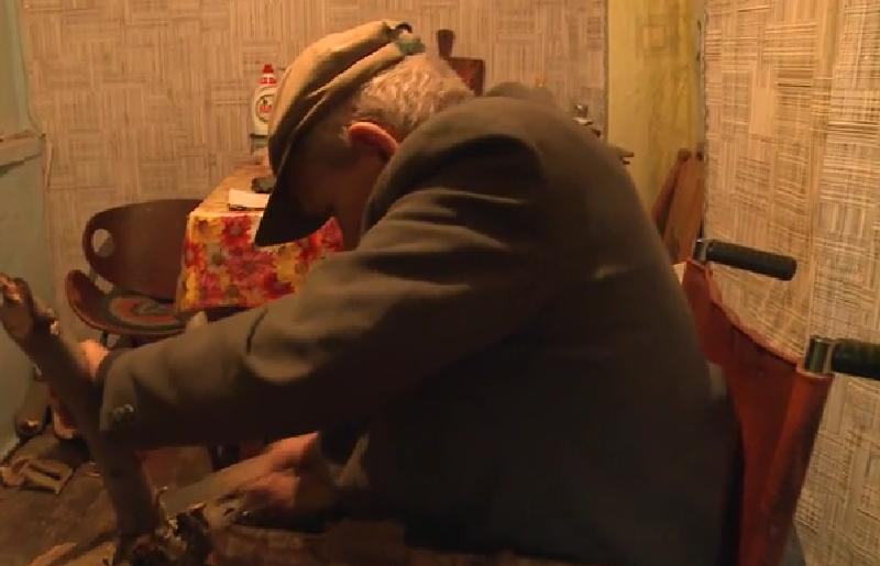 Один на один с проблемой: в Анений Ной пенсионер на инвалидной коляске вынужден самостоятельно о себе заботиться (ВИДЕО)